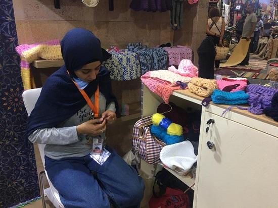 شيماء تعمل على أحد المشغولات