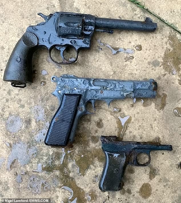 مسدسات قديمة