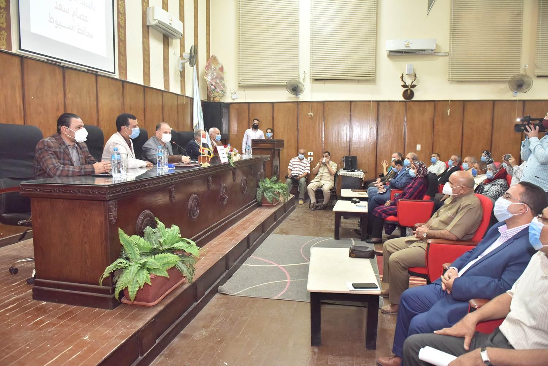 محافظ أسيوط يترأس اجتماعًا تنسيقيًا استعدادًا للعام الدراسي الجديد (8)