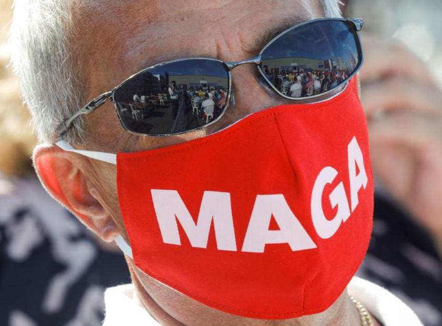 شخص يرتدي كمامة ضمن حملة ترامب
