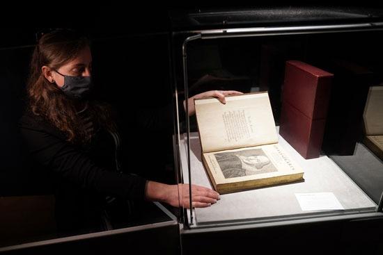 مجلد شكسبير داخل فاترينة عرض خاصة للحفاظ عليها