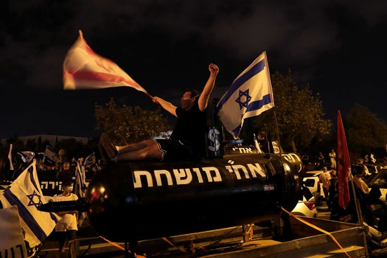 متظاهر ضد نتنياهو