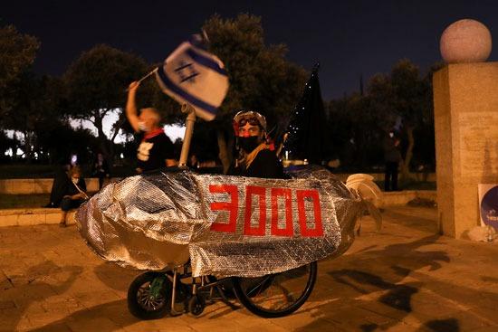 رفع المتظاهرون أعلامهم ضد إجراءات كورونا