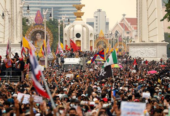 متظاهرون يرفعون أعلام تايلاند