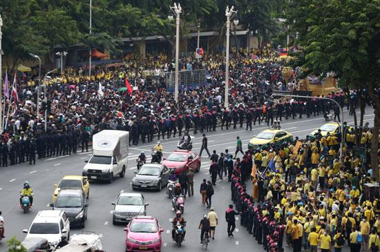 المتظاهرون على جانبى أحد الطرق الرئيسية بالعاصمة التايلاندية