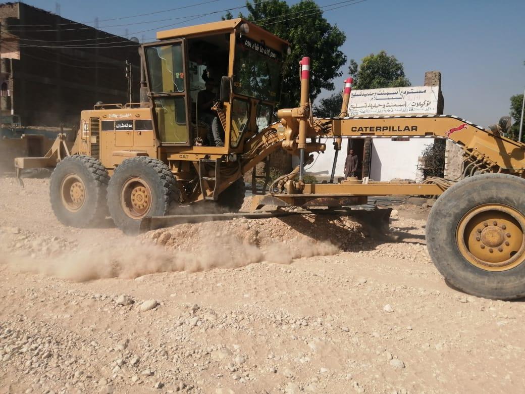 رئيس مدينة الطود يتابع المشروعات القومية ورصف طرق الندافين وترعة المعلا  (2)