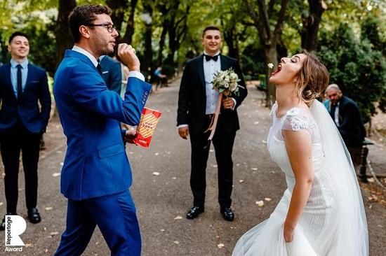 عروس تتناول الفشار
