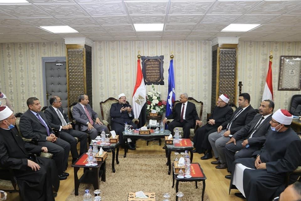 محافظ السويس يستقبل وزير الأوقاف ومفتى الجمهورية لافتتاح 5 مساجد (3)