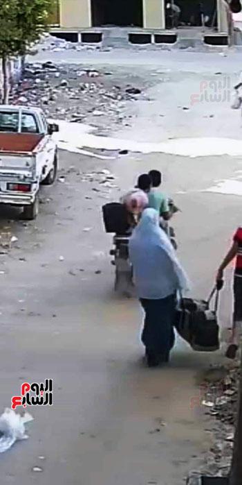 سرقة حقيبة سيدة أثناء سيرها بالشارع (2)