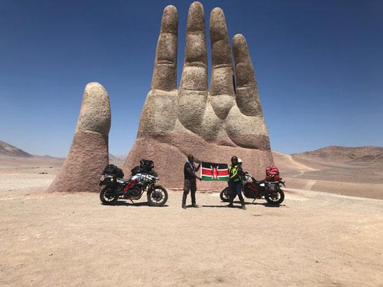 الزوجين الكينيين يرفعان علم بلادهما في تشيلي