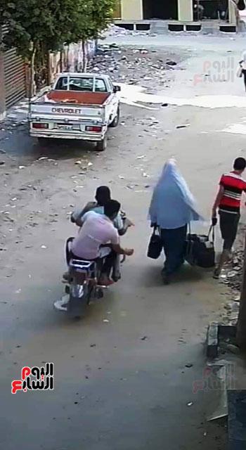 سرقة حقيبة سيدة أثناء سيرها بالشارع (1)