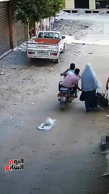 سرقة حقيبة سيدة أثناء سيرها بالشارع (4)