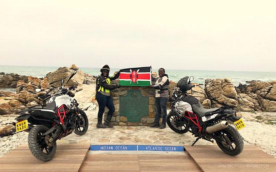 دوس كاريوكي وجوان وامويو يحملان العلم الكيني في ويسترن كيب