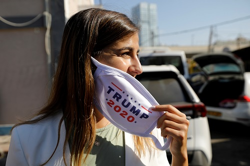 ناشطة ترتدي كمامة مطبوع عليها حملة ترامب