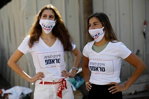 ناشطات في إسرائيل يرتدين قمصان مؤيدة لترامب