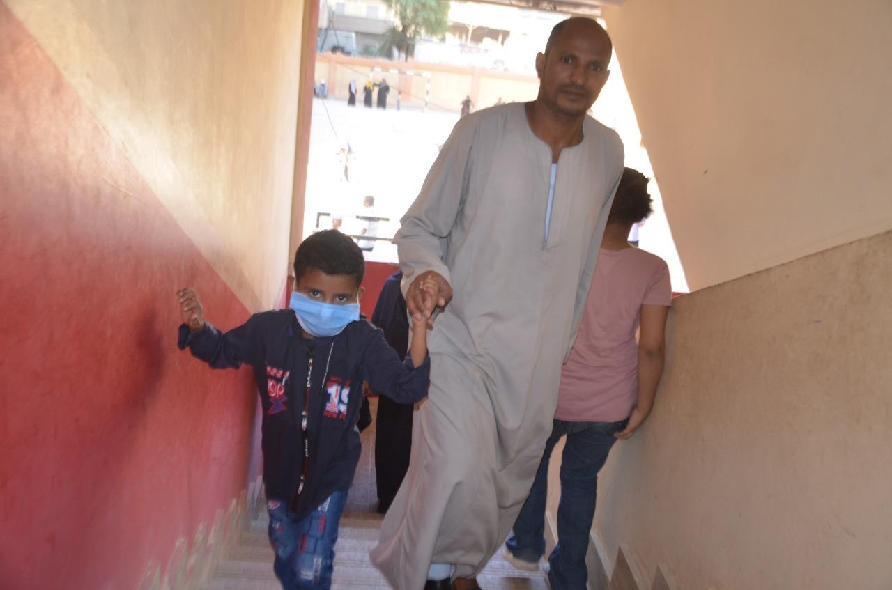 أولياء الأمور يرافقون أطفالهم فى رحلة الذهاب والعودة بأول يوم مدارس بالأقصر (1)