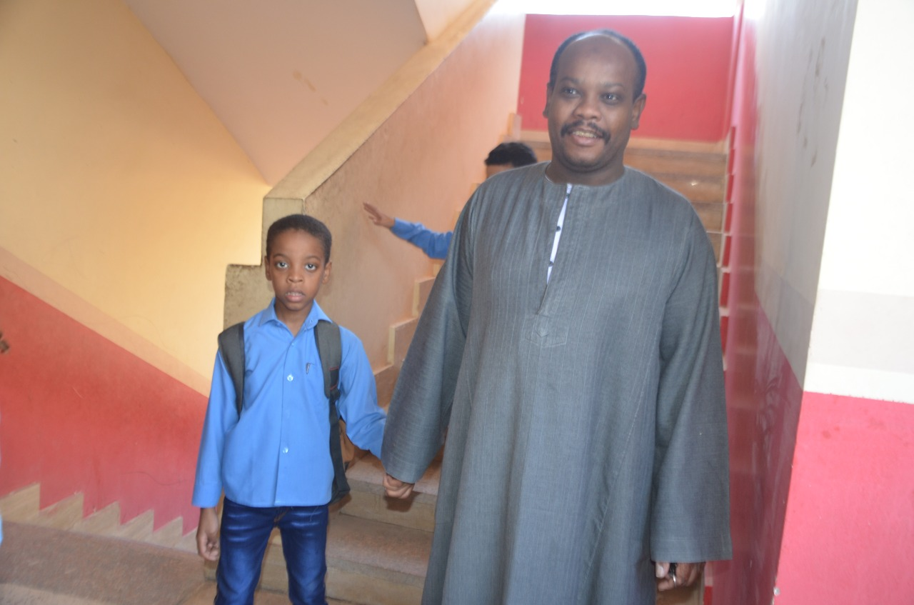 أولياء الأمور يرافقون أطفالهم فى رحلة الذهاب والعودة بأول يوم مدارس بالأقصر (12)