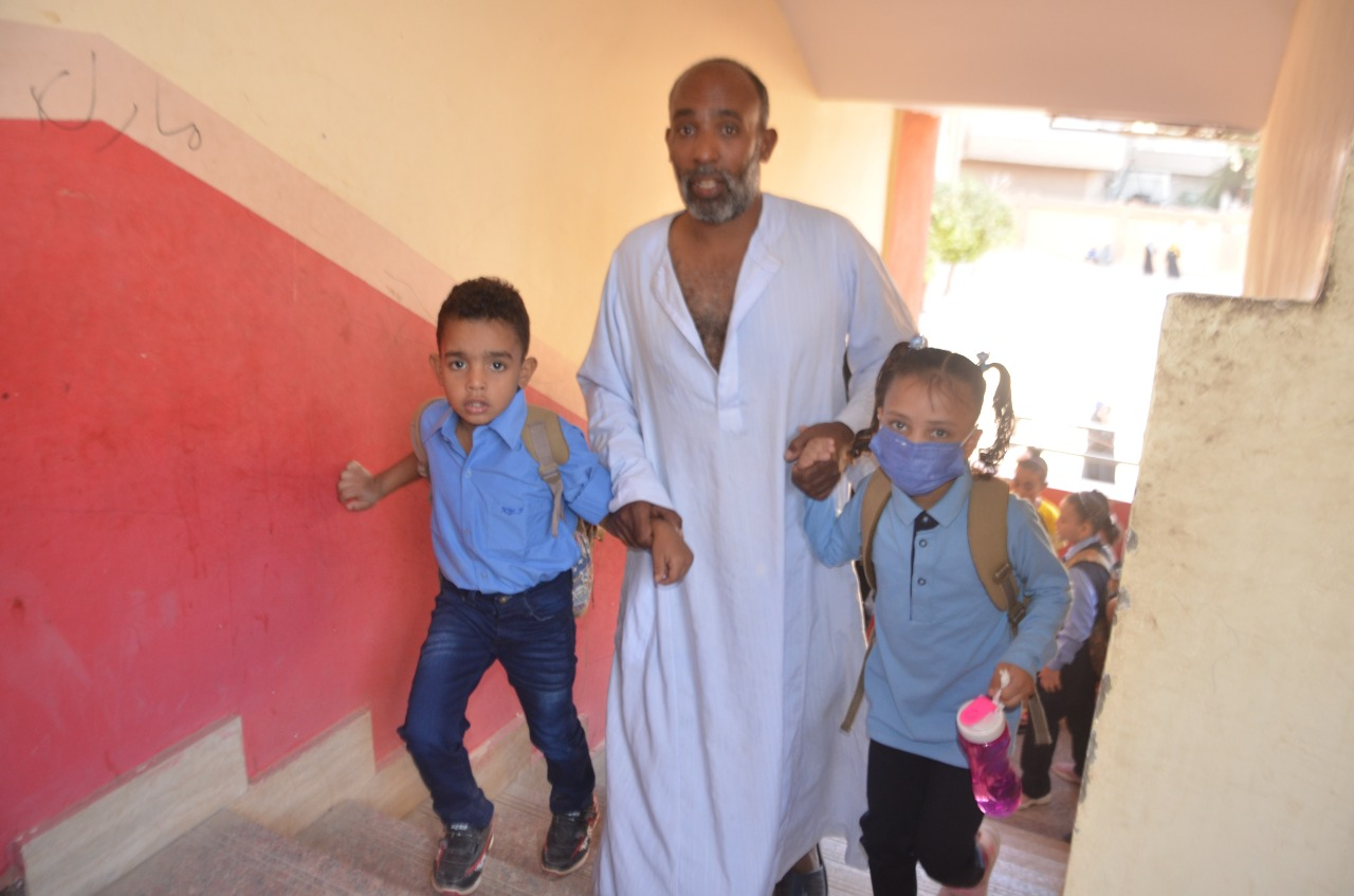 أولياء الأمور يرافقون أطفالهم فى رحلة الذهاب والعودة بأول يوم مدارس بالأقصر (10)