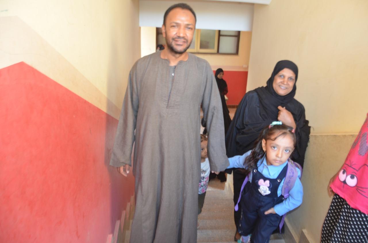 أولياء الأمور يرافقون أطفالهم فى رحلة الذهاب والعودة بأول يوم مدارس بالأقصر (4)