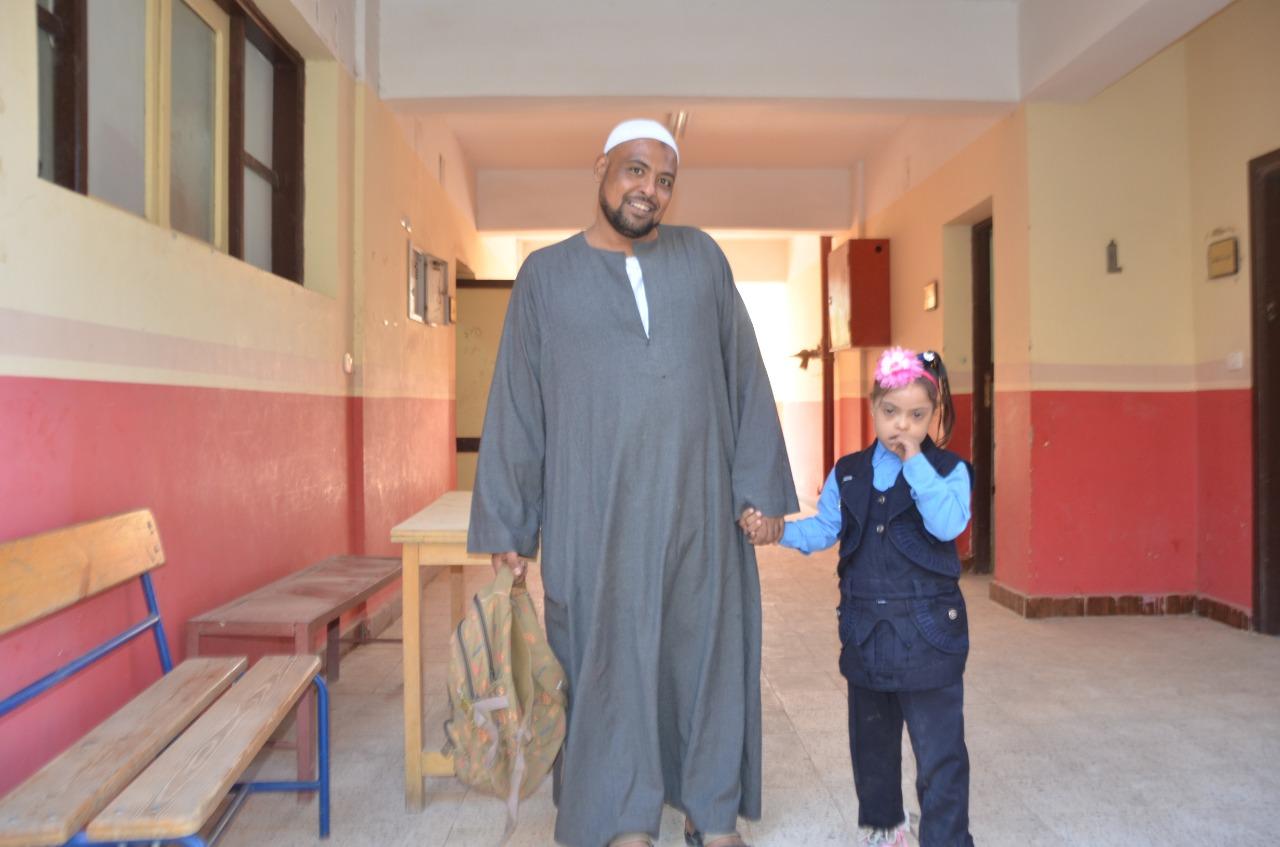 أولياء الأمور يرافقون أطفالهم فى رحلة الذهاب والعودة بأول يوم مدارس بالأقصر (6)
