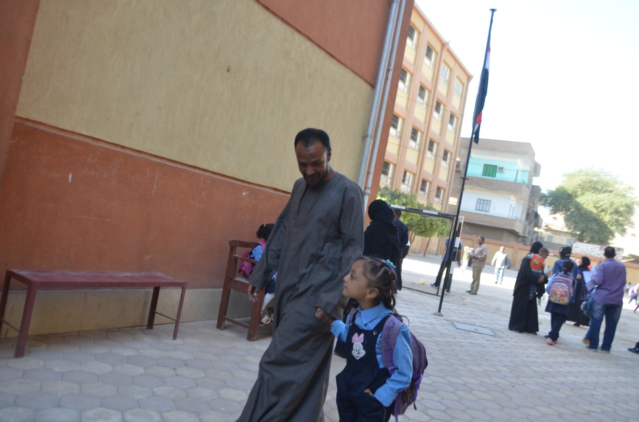 أولياء الأمور يرافقون أطفالهم فى رحلة الذهاب والعودة بأول يوم مدارس بالأقصر (3)