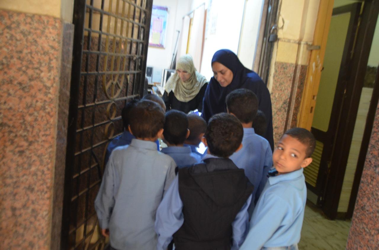أولياء الأمور يرافقون أطفالهم فى رحلة الذهاب والعودة بأول يوم مدارس بالأقصر (5)