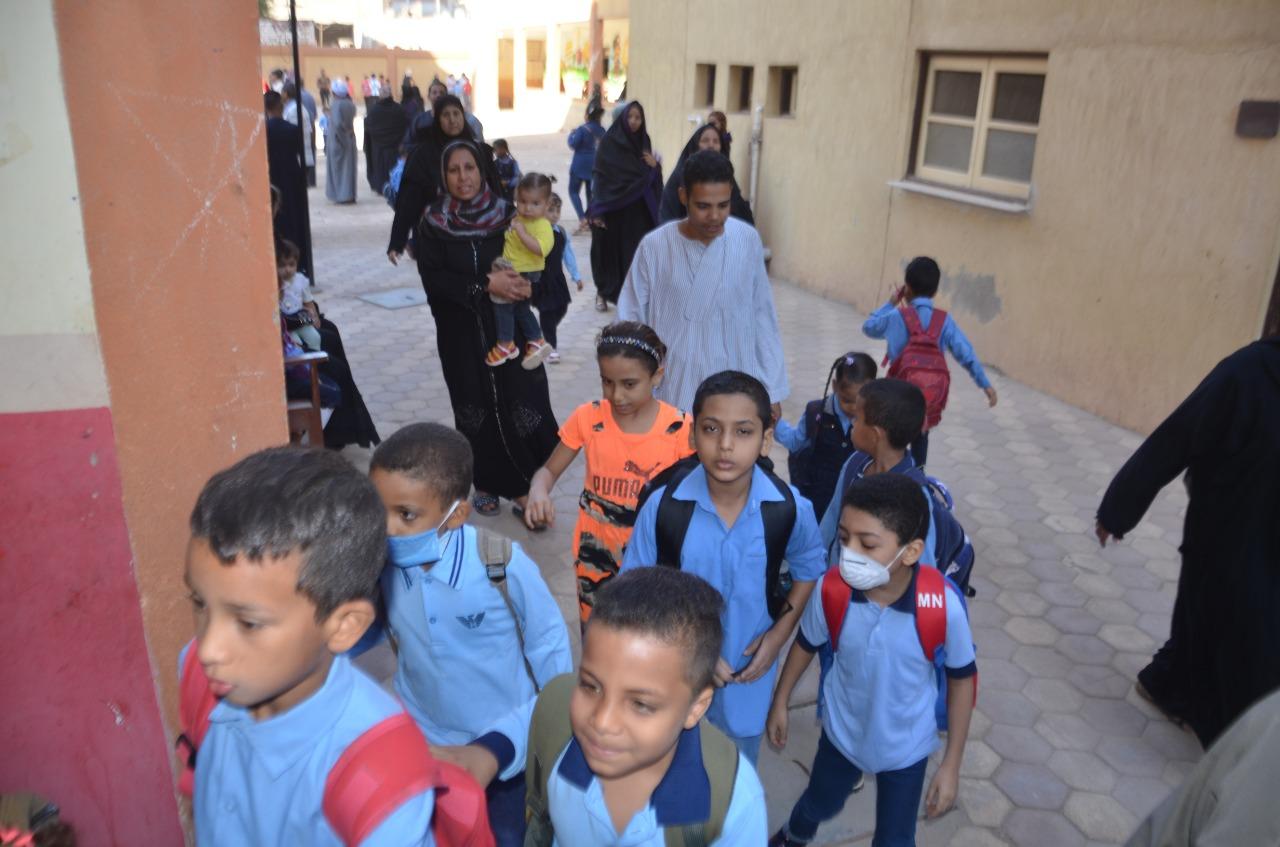 أولياء الأمور يرافقون أطفالهم فى رحلة الذهاب والعودة بأول يوم مدارس بالأقصر (7)