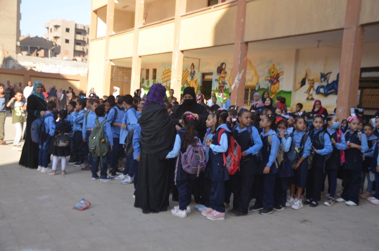 أولياء الأمور يرافقون أطفالهم فى رحلة الذهاب والعودة بأول يوم مدارس بالأقصر (9)