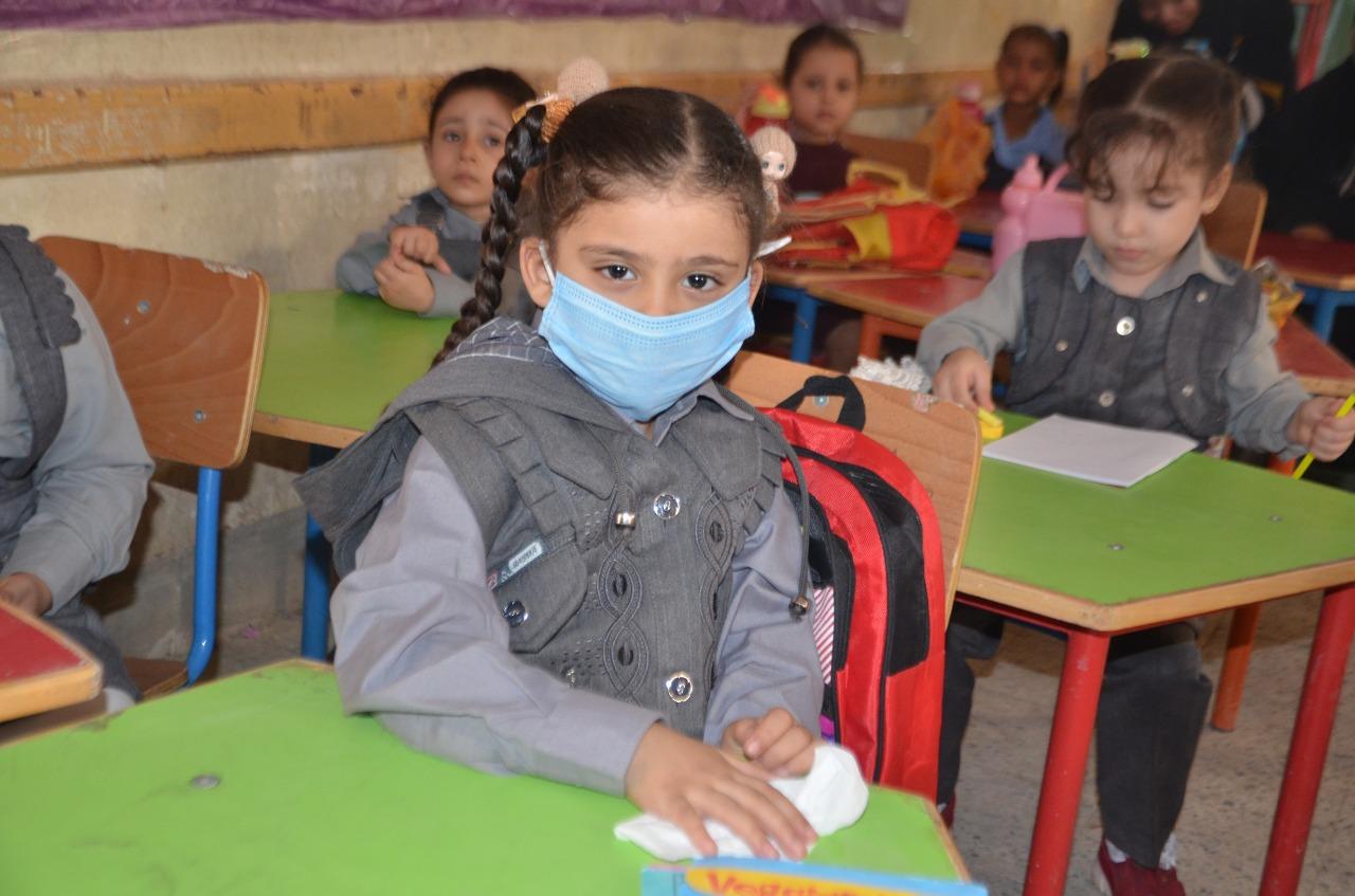 أولياء الأمور يرافقون أطفالهم فى رحلة الذهاب والعودة بأول يوم مدارس بالأقصر (17)