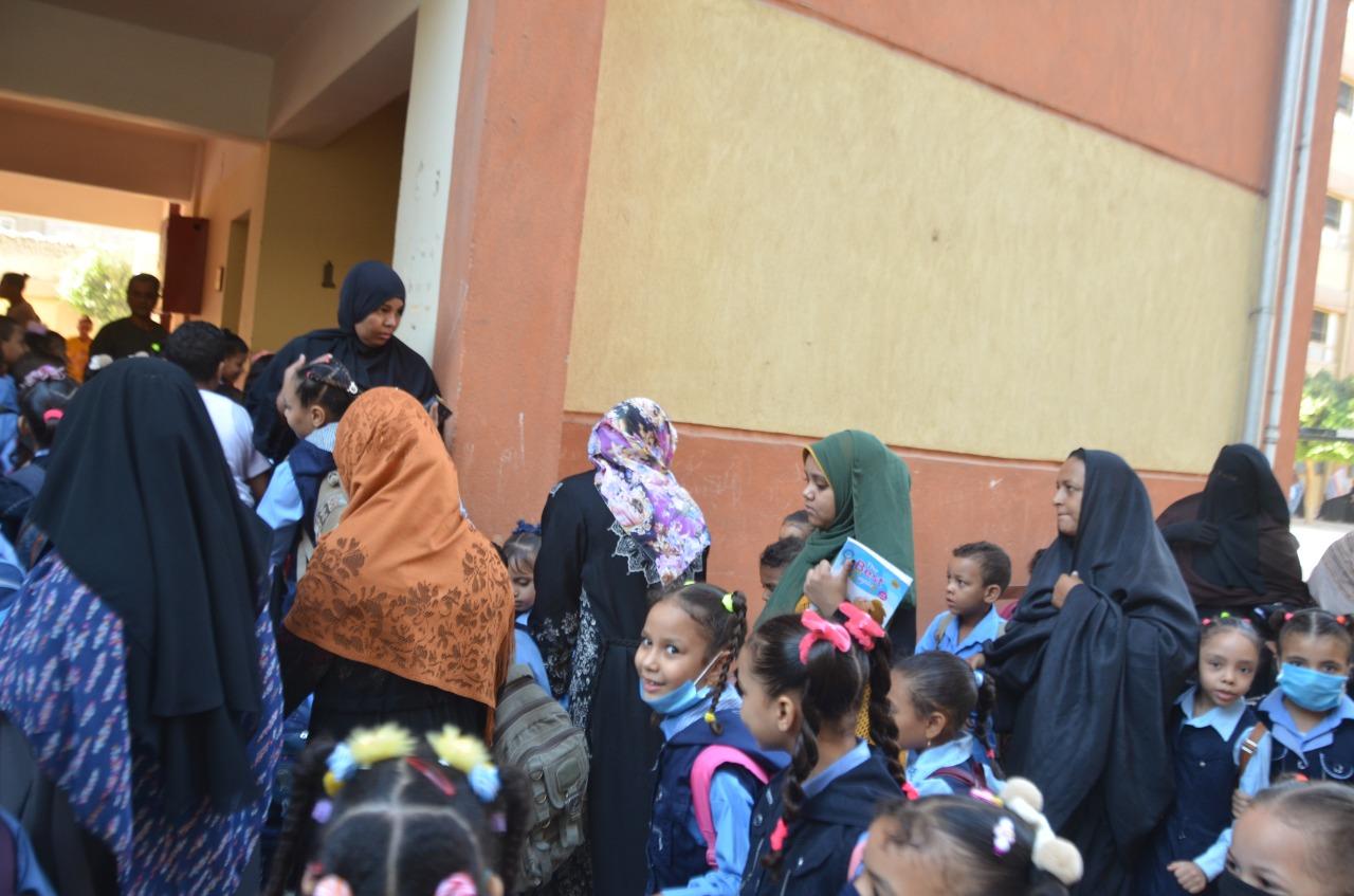 أولياء الأمور يرافقون أطفالهم فى رحلة الذهاب والعودة بأول يوم مدارس بالأقصر (11)