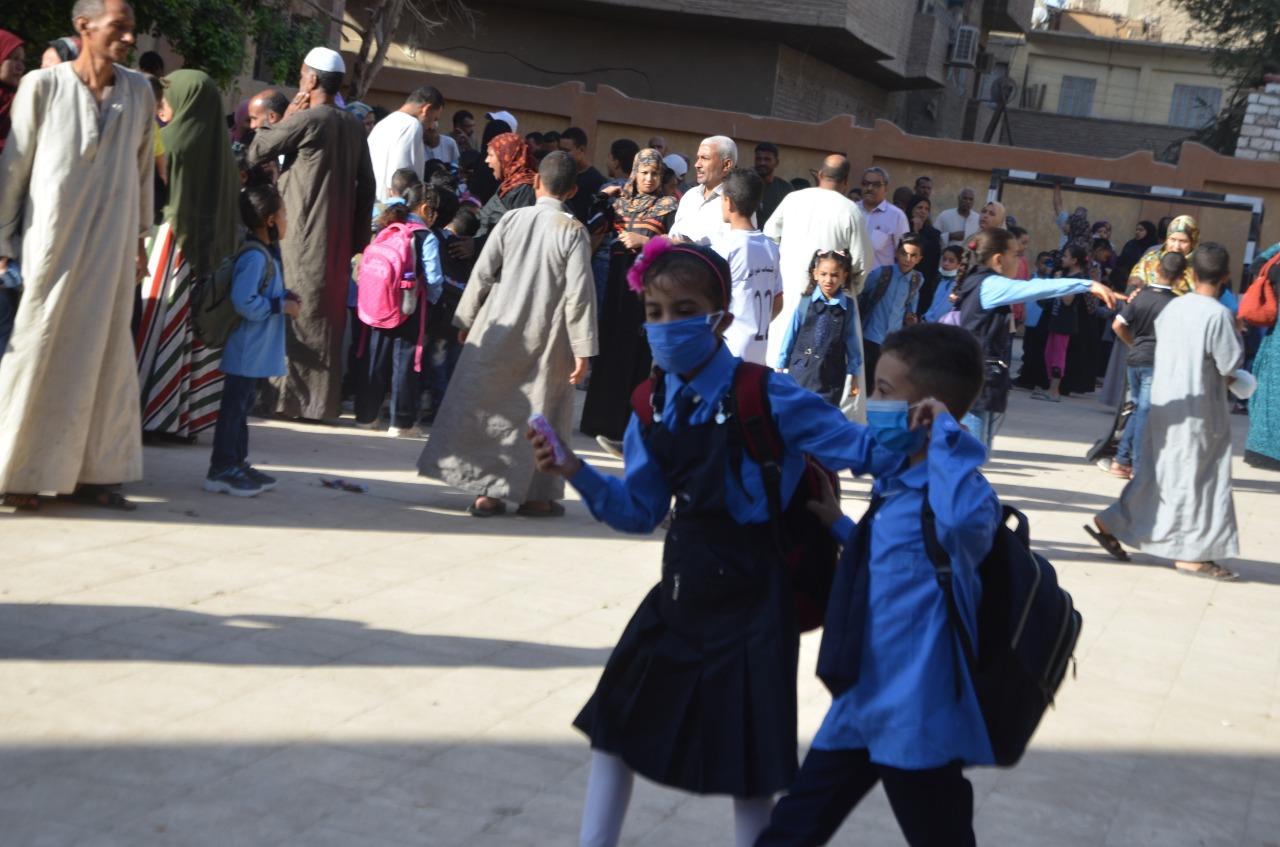أولياء الأمور يرافقون أطفالهم فى رحلة الذهاب والعودة بأول يوم مدارس بالأقصر (15)