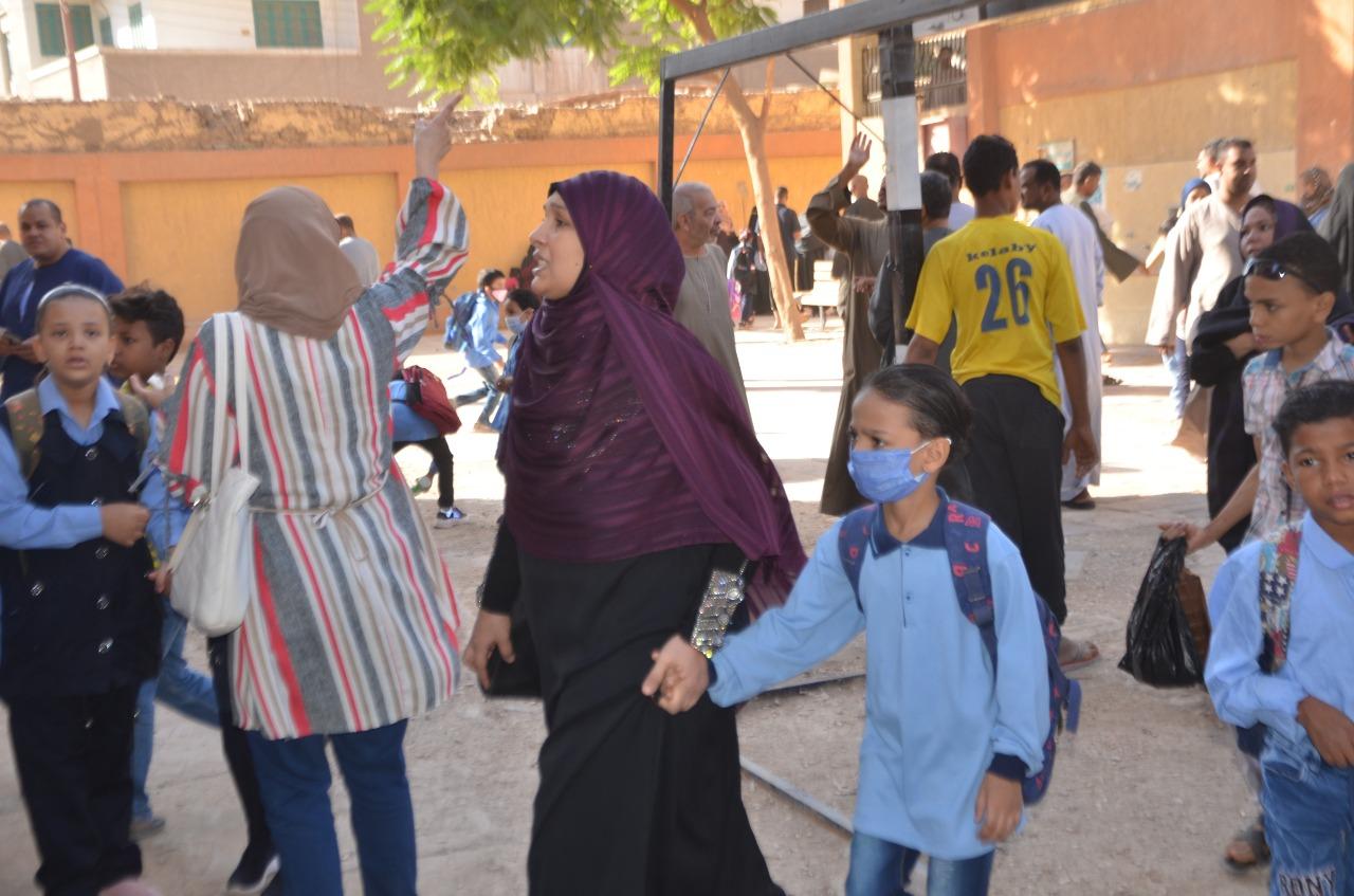 أولياء الأمور يرافقون أطفالهم فى رحلة الذهاب والعودة بأول يوم مدارس بالأقصر (16)