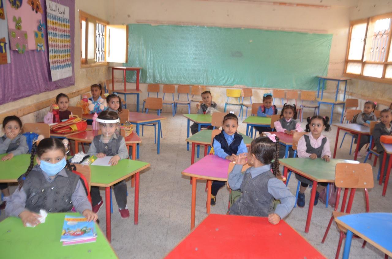 أولياء الأمور يرافقون أطفالهم فى رحلة الذهاب والعودة بأول يوم مدارس بالأقصر (13)
