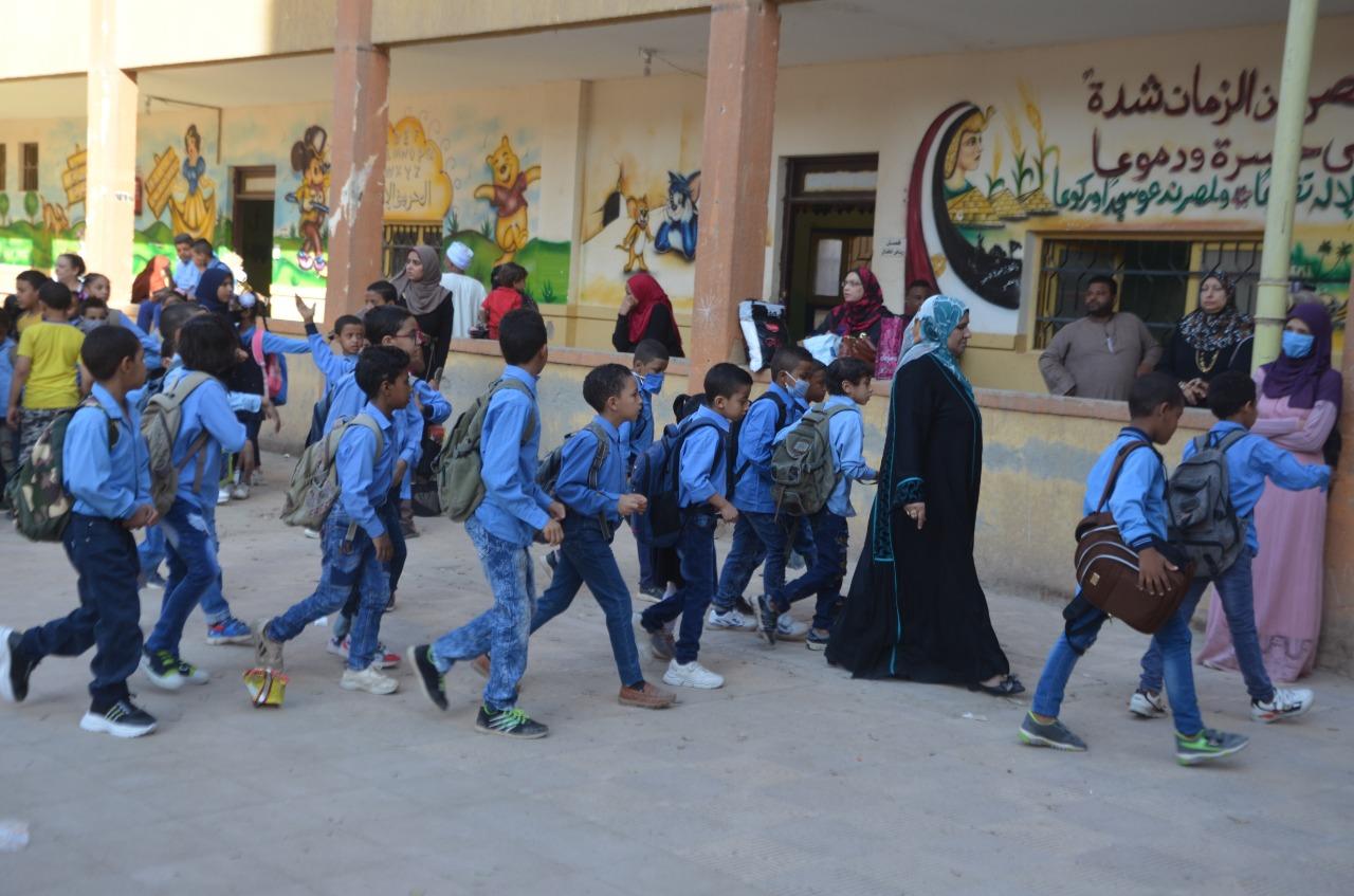 أولياء الأمور يرافقون أطفالهم فى رحلة الذهاب والعودة بأول يوم مدارس بالأقصر (18)