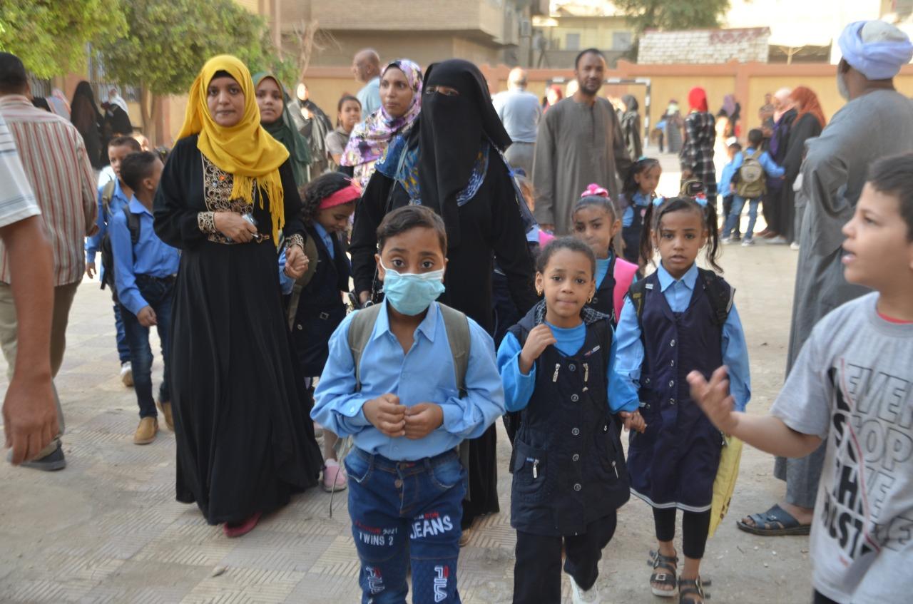 أولياء الأمور يرافقون أطفالهم فى رحلة الذهاب والعودة بأول يوم مدارس بالأقصر (2)