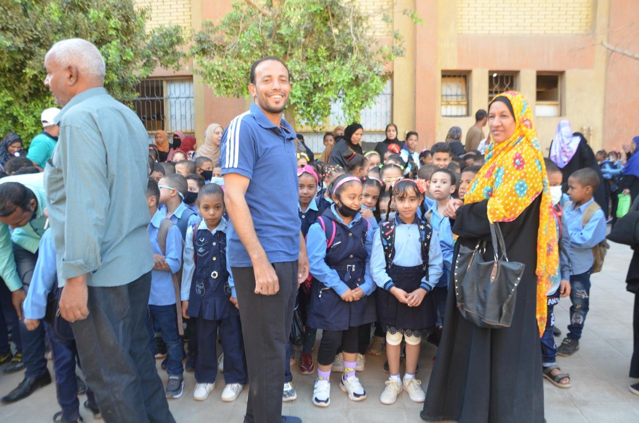 أولياء الأمور يرافقون أطفالهم فى رحلة الذهاب والعودة بأول يوم مدارس بالأقصر (14)