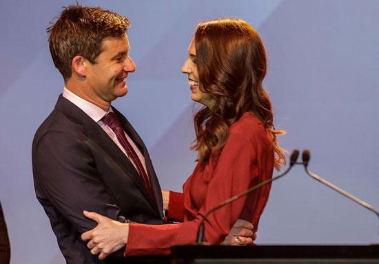 رئيسة وزراء نيوزيلندا جاسيندا أرديرن تحيي كلارك جيفورد