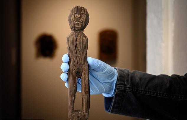تمثال خشبي قديم