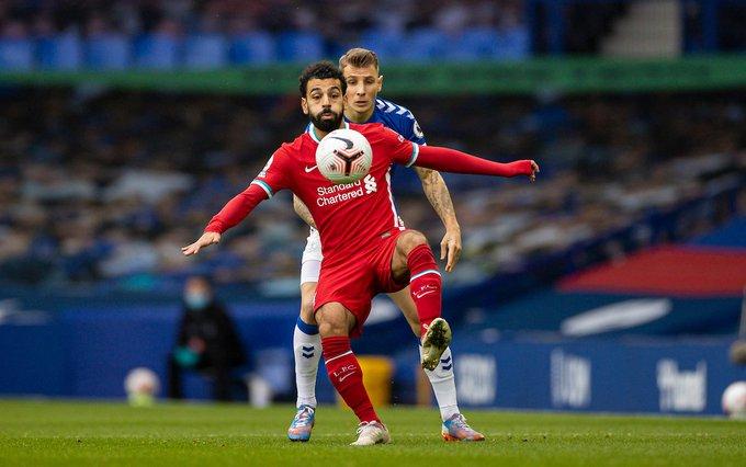 محمد صلاح يتسلم الكرة تحت ضغط