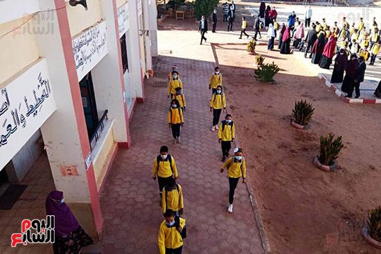 المحافظون يتفقدون انتظام الدراسة فى أول يوم بالمدارس (4)