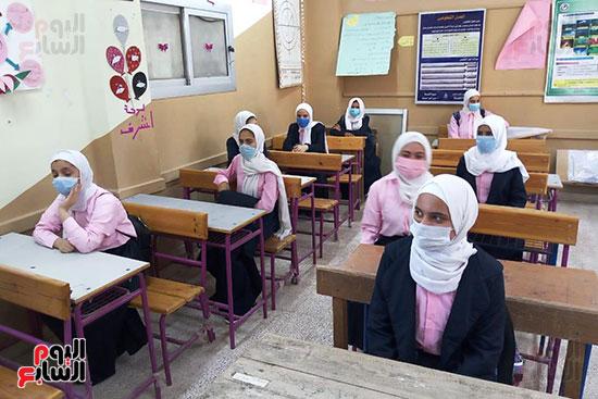 المحافظون يتفقدون انتظام الدراسة فى أول يوم بالمدارس (10)