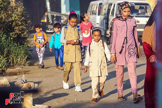 طالبات فى طريقهن للمدارس