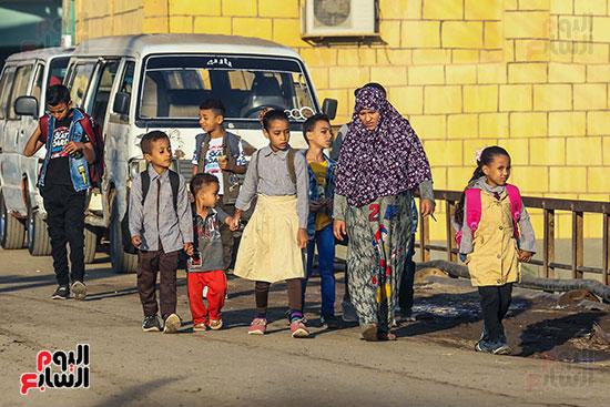 الاطفال فى طريقهم لاول يوم فى الدراسه