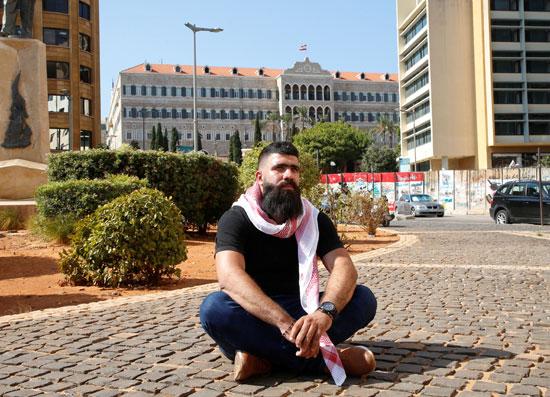 الناشط اللبناني داني مرتضى بالقرب من القصر الحكومي في بيروت