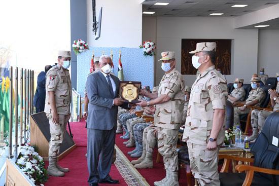 وزير الدفاع يشهد الاحتفال بتخريج دفعات جديدة من المعاهد الصحية (6)