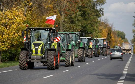 احتجاج مزارعين بالجرارات