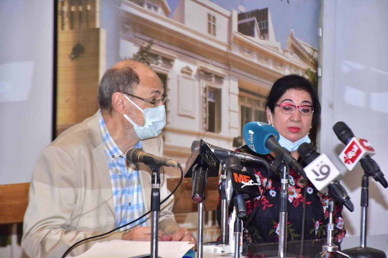 المخرج انتصار عبد الفتاح خلال المؤتمر الصحفي