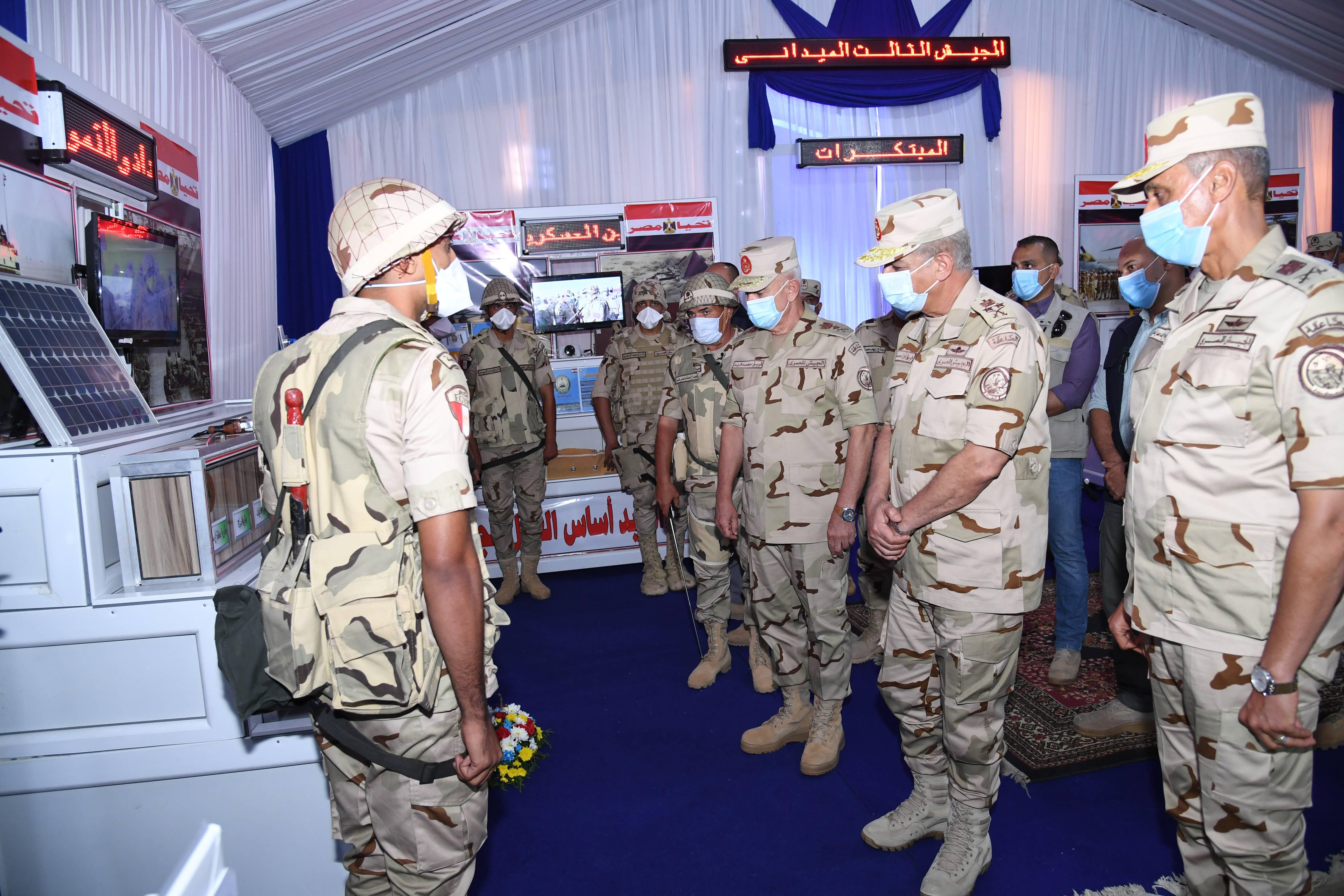 وزير الدفاع يتفقد إجراءات تفتيش الحرب لإحدى تشكيلات الجيش الثالث الميدانى (4)