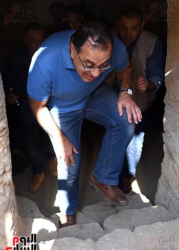 رئيس الوزراء ينزل فى بئر أثرى بواسطة حبل (4)