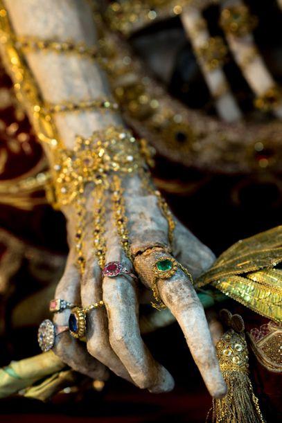 غالبًا ما كان الرعاة المخلصون يقدمون مجوهراتهم الخاصة للقديسين